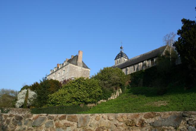 Denée_vue presbytère, église et remparts ©Commune de Denée