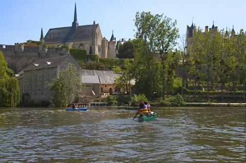 Montreuil_collégiale et château vus du thouet avec canoës_© G.Durand