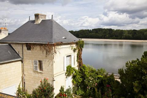 Montsoreau_maison en tuffeau et vue sur Loire <sup>©</sup>J.-P. Berlose