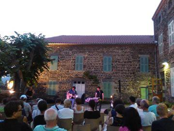 Concert dans la Cour de l'Ancienne École des Soeurs, dans laquelle de nombreux habitants du village ont passé une partie de leur enfance
